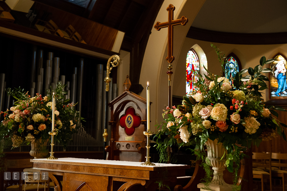 Beautiful flower arrangement designed by talented florist Great Expectations Flowers by Inka. The Trinity Cathedral wedding, Easton, Eastern Shore, Maryland, by wedding photographers of Leo Dj Photography. http://leodjphoto.com