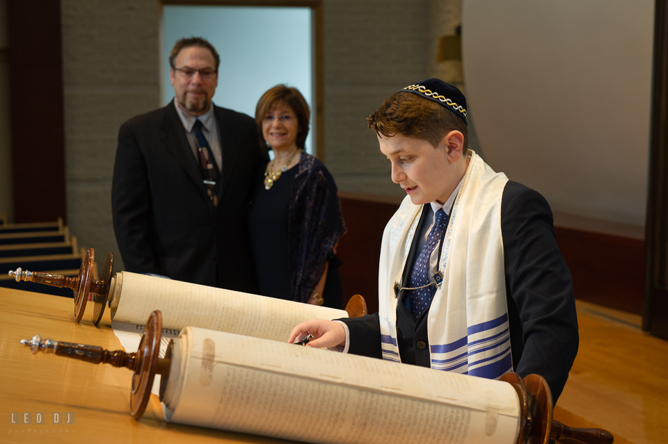 Temple Beth Shalom Annpolis Maryland bar mitzvah boy reading Torah witnessed by parents photo by Leo Dj Photography.