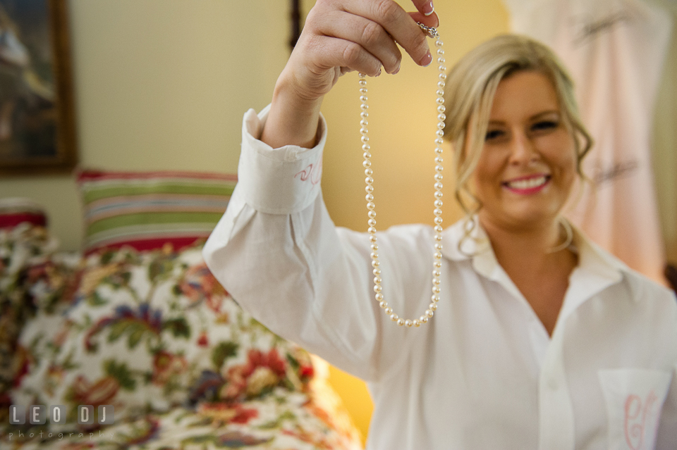Eastern Shore Maryland bride with pearl necklace present from groom photo by Leo Dj Photography