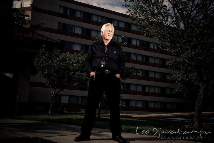 Don's portrait in front of a hotel. Lighting Essen