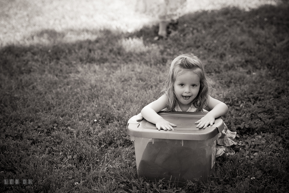 Kent Island Maryland wedding guest little girl playing with container box photo by Leo Dj Photography