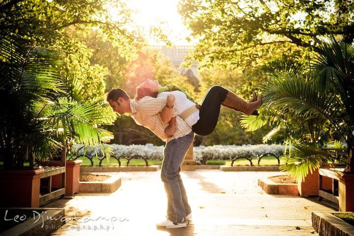 Engaged guy lift up his fiancee on his back. Washington DC, Smithsonian, The Mall Pre-wedding Engagement Session Photographer Leo Dj Photography